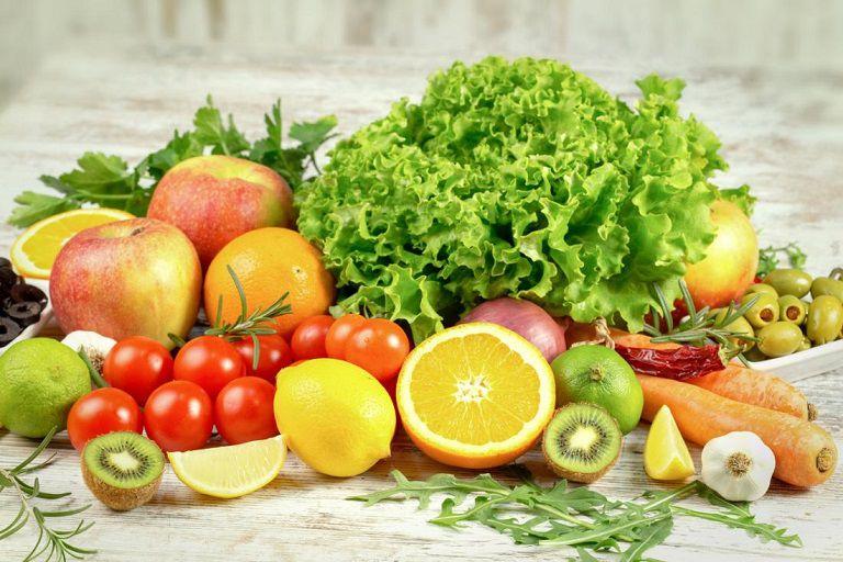 Rau xanh và trái cây là những thực phẩn người bệnh nên sử dụng