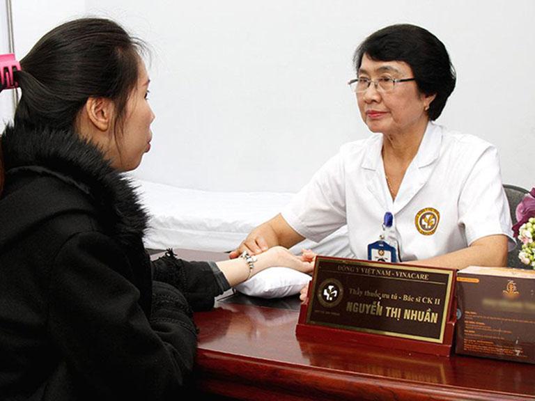 Bác sĩ Nhuần có hơn 40 năm kinh nghiệm khám chữa bệnh về da bằng Y học cổ truyền