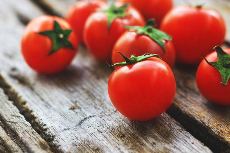 Cách xử lý mụn đầu đen đơn giản và hiệu quả từ cà chua