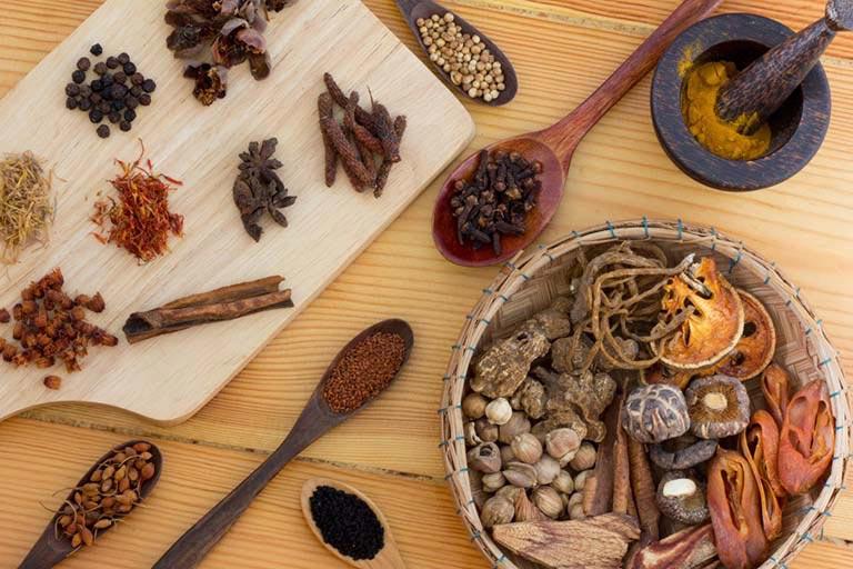 Dùng thuốc Đông y là cách trị mụn đầu đen hiệu quả và an toàn cho sức khỏe