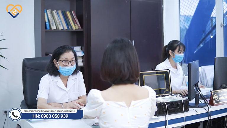 Ngọc Châm được bác sĩ Nhặn thăm khám và tư vấn liệu trình điều trị
