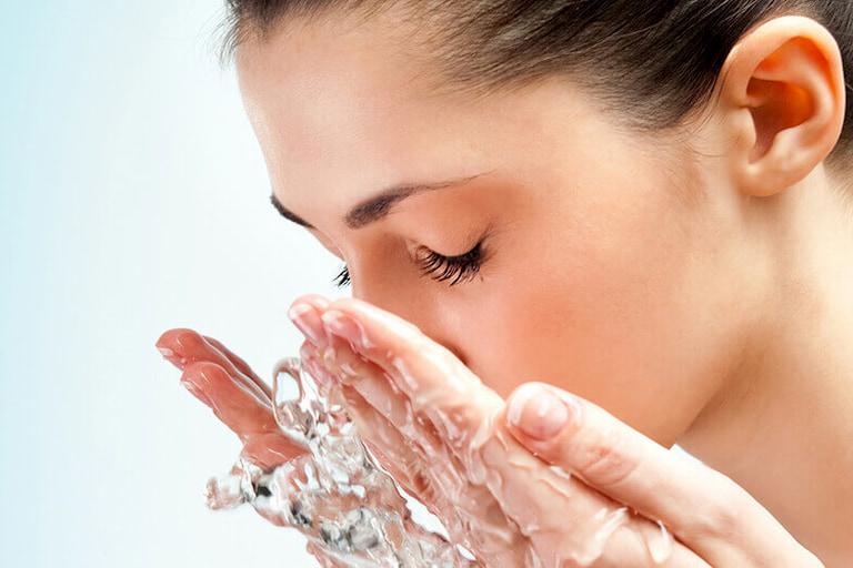 Luôn nhớ rửa mặt sạch sẽ trước khi thực hiện các bước chăm sóc da mụn