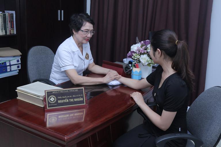 Khách hàng sẽ được thăm khám trực tiếp với các bác sĩ chuyên khoa giỏi, giàu kinh nghiệm