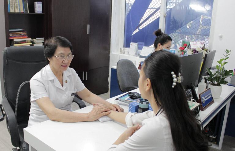 Bác sĩ Nhuần thăm khám cho chị Trang