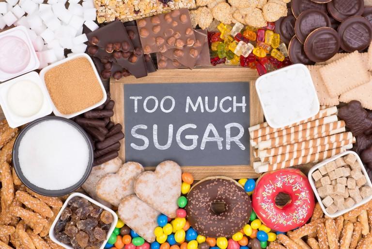 Trong thời gian chữa mụn, bạn nên hạn chế sử dụng các loại thực phẩm ngọt, chứa nhiều đường