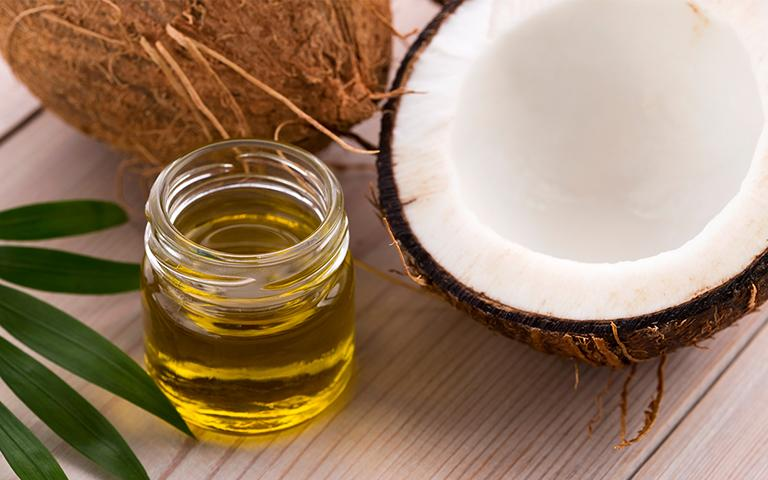 Dầu dừa chứa hàm lượng vitamin và khoáng chất cực lớn rất tốt cho da
