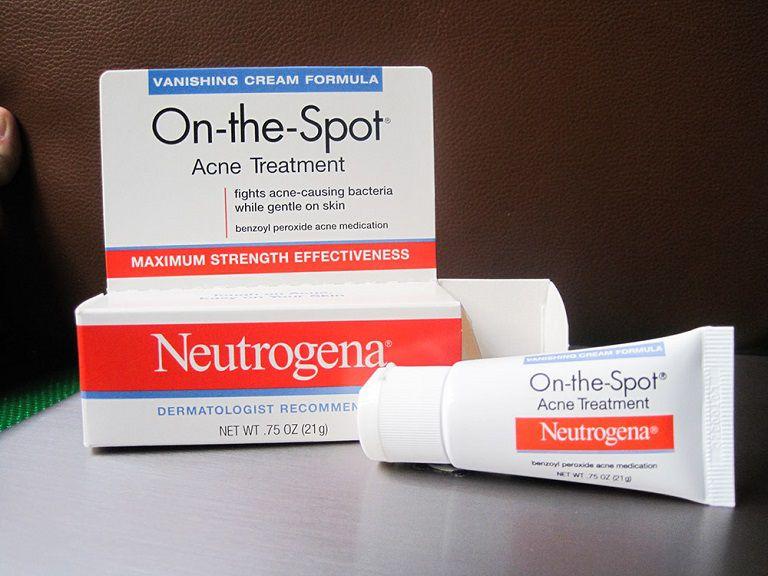 Kem trị mụn đầu đen Neutrogena On The Spot Acne Treatment