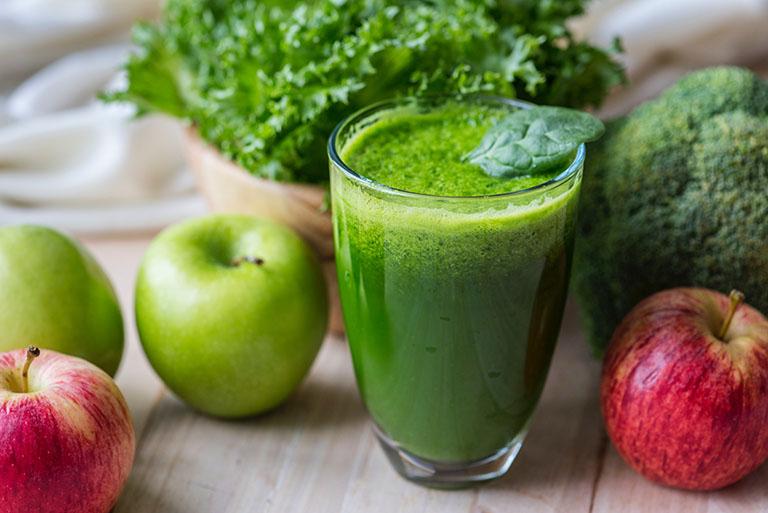 Nên ăn nhiều rau xanh, uống nước ép