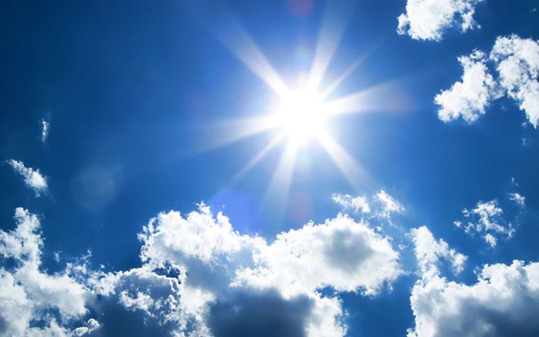 Tác động từ tia UV có trong ánh sáng mặt trời sẽ hủy hoại làn da của bạn