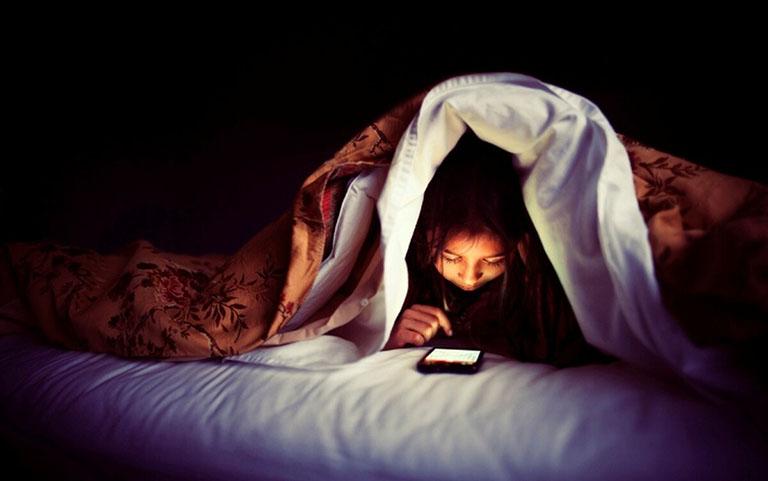 Ngủ muộn, dùng điện thoại, máy tính nhiều