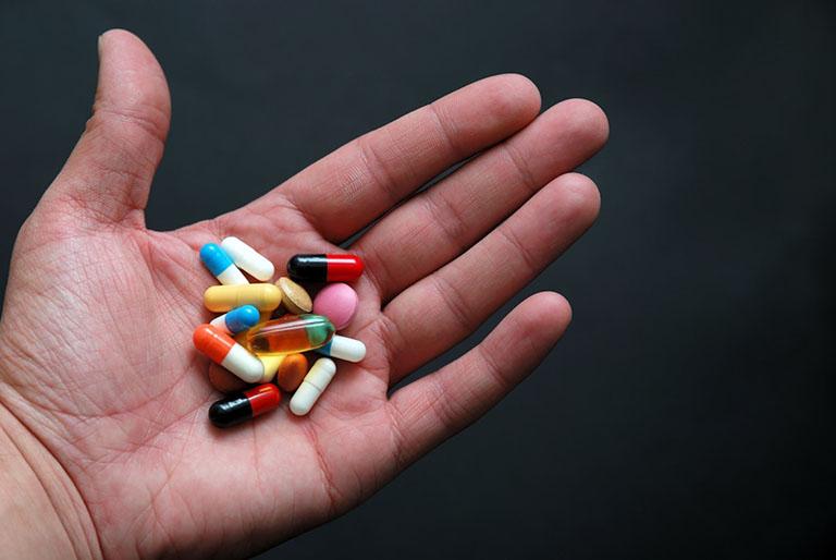 Sử dụng thuốc Tây y chữa viêm da dị ứng là cách được nhiều người áp dụn