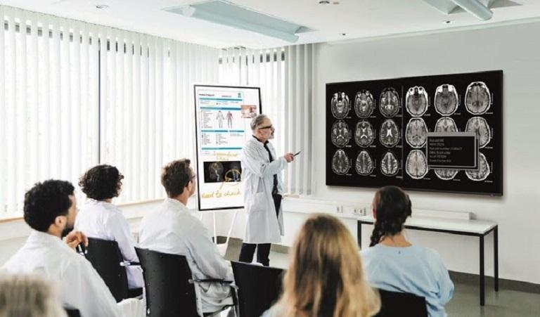 Màn hình và bản đồ tương tác kỹ thuật hỗ trợ bệnh nhân, người nhà, hội nghị