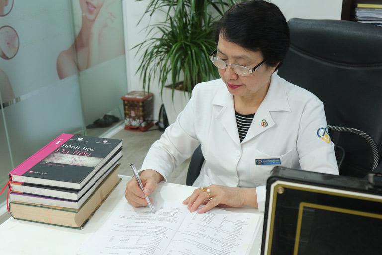 Bác sĩ Nguyễn Thị Nhuần đứng đầu hoạt động nâng cao chuyên môn cho các cán bộ, nhân viên