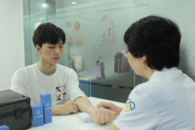 Hiếu đến thăm khám da tại Viện Da liễu Hà Nội - Sài Gòn