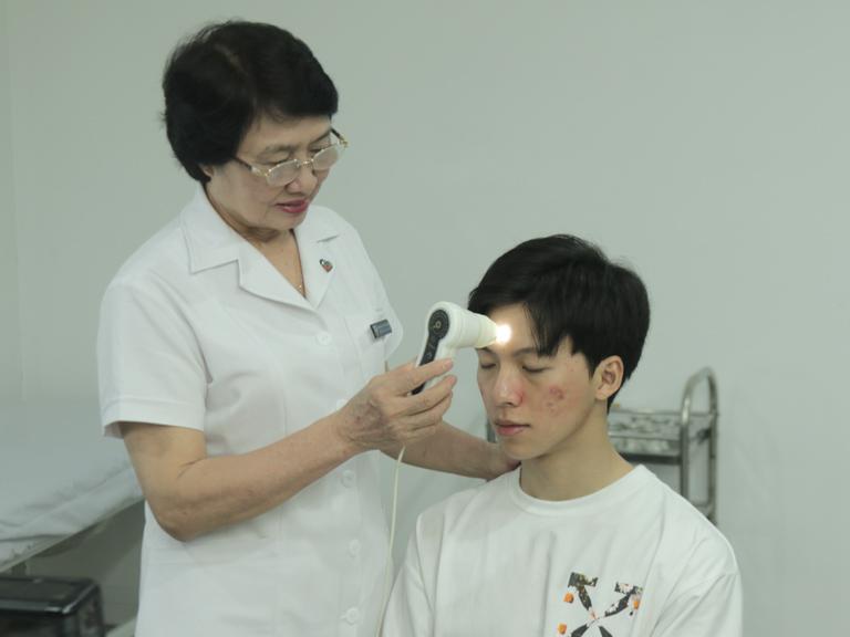 Bác sĩ Nhuần thăm khám và soi da cẩn thận cho Hiếu