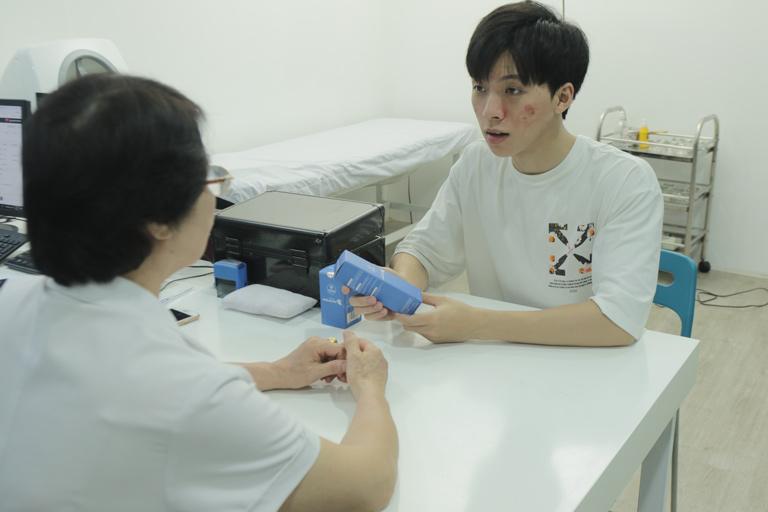 Hiếu được Bác sĩ Nhuần hướng dẫn về việc sử dụng Hoàn Nguyên và chăm sóc da đúng cách tại nhà