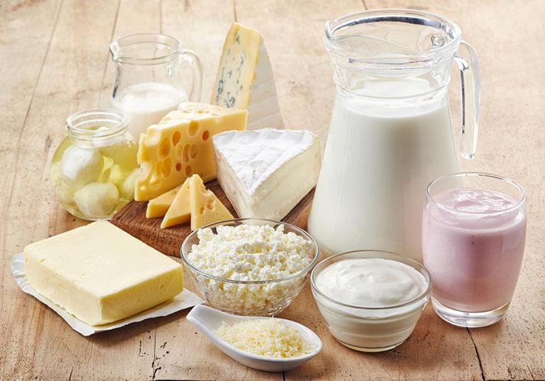 Người bị mụn nội tiết nên tránh sử dụng sữa và các chế phẩm từ sữa động vật