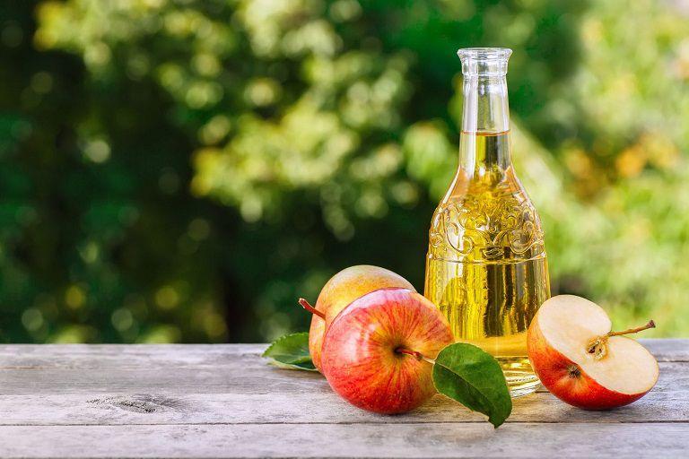 Giấm táo là nguyên liệu có khả năng điều trị các nốt mụn viêm hiệu quả