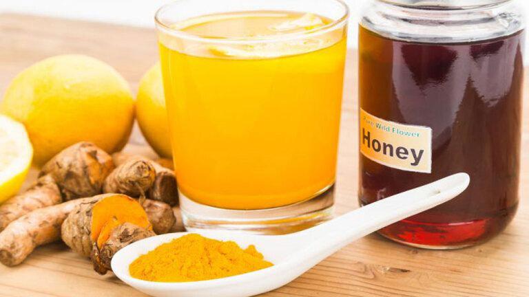 Dùng tinh bột nghệ và mật ong