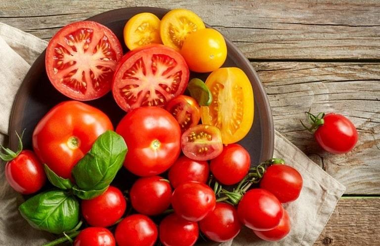 Dùng cà chua trị mụn trứng cá