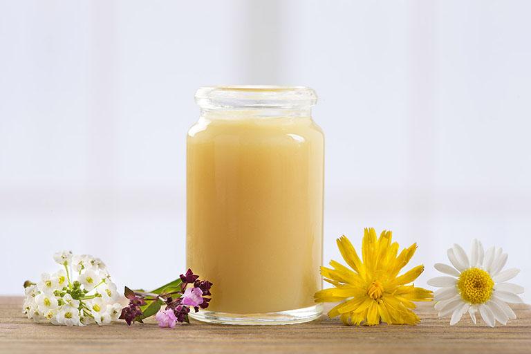 Đắp mặt nạ bằng sữa ong chúa giúp cải thiện các vấn đề trên da