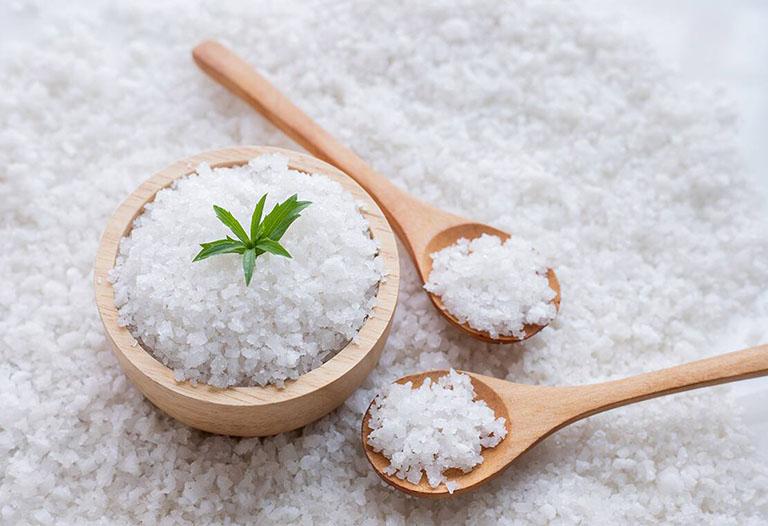 Cách trị viêm nang lông tại nhà bằng muối được rất nhiều người áp dụng