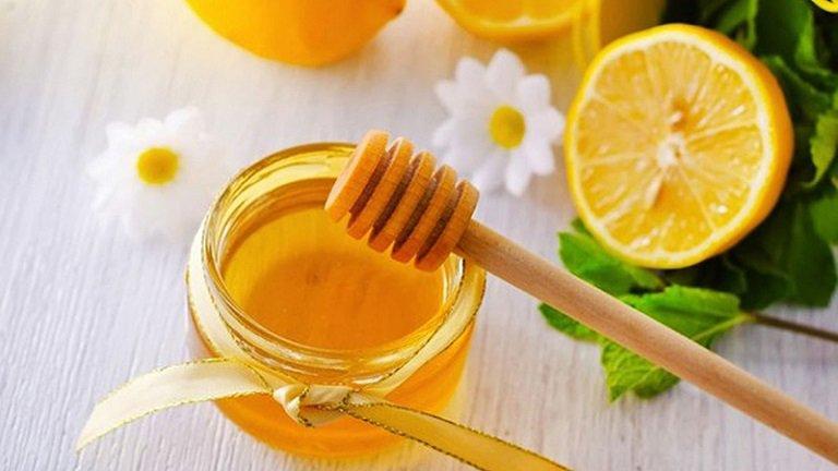 Mật ong chanh có tác dụng hỗ trợ làm mờ các vết rạn hiệu quả