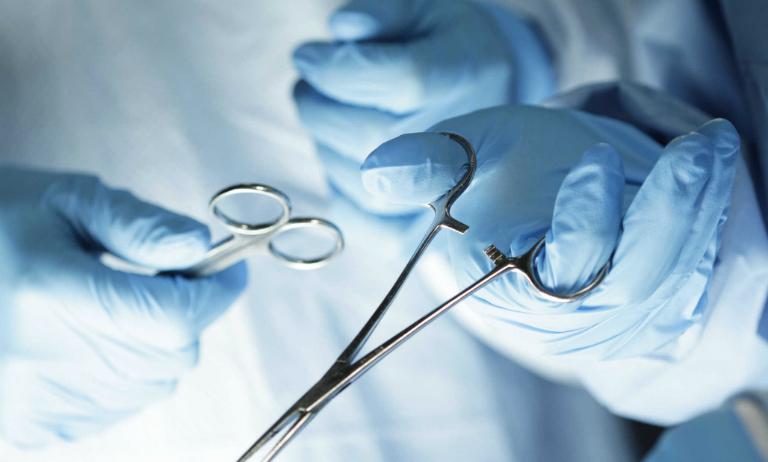 Trường hợp da bị rạn ở mức nghiêm trọng cần thực hiện phẫu thuật để loại bỏ những mảng da thừa