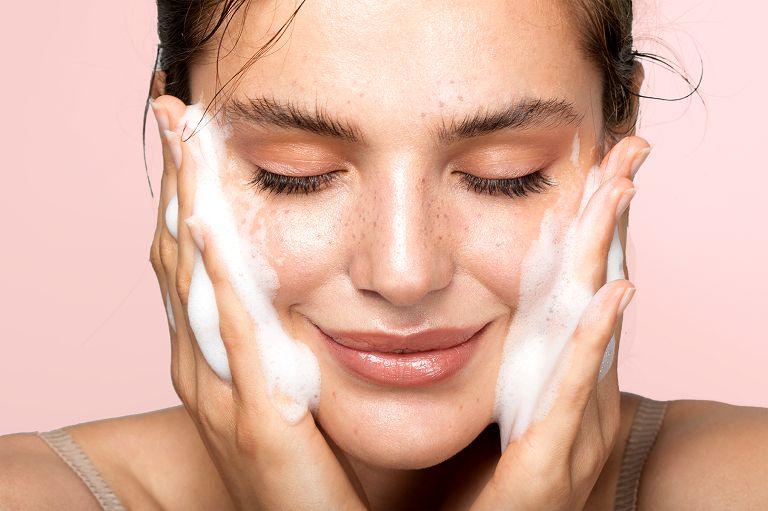 Làm sạch da là bước quan trọng sau khi trị nám bằng laser
