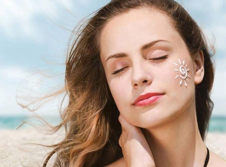 Chống nắng là việc làm giúp bảo vệ da, ngăn ngừa nám tái phát