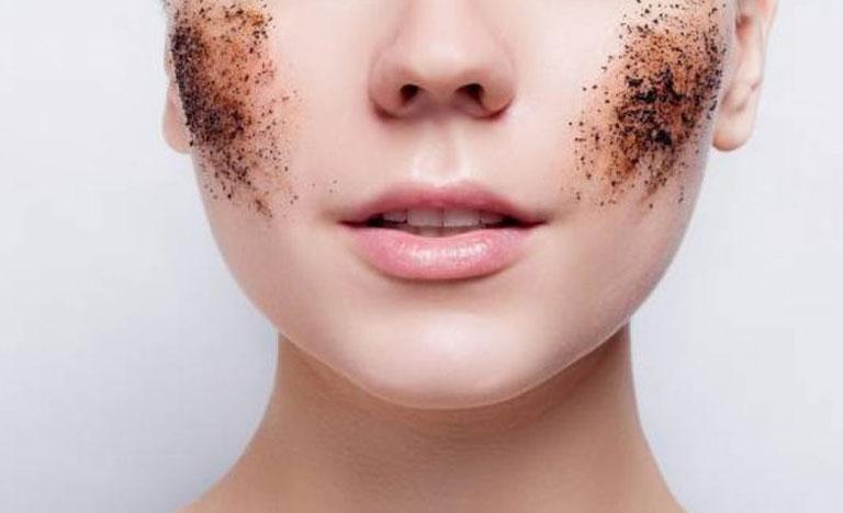 Tẩy da chết thường xuyên là cách chăm sóc da mặt khi bị nám hiệu quả