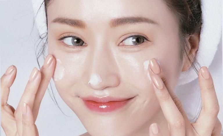 Dưỡng ẩm giúp chăm sóc da mặt bị nám