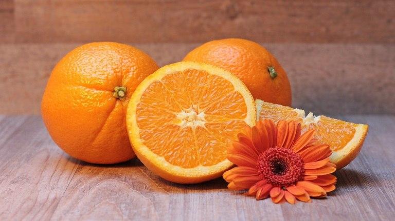 Cam tươi chữa nhiều vitamin và khoáng chất, giúp dưỡng da ngừa mụn hiệu quả