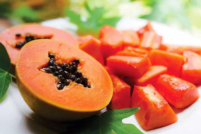 Đu đủ chín là loại trái cây giàu dưỡng chất có thể dùng để trị mụn trứng cá