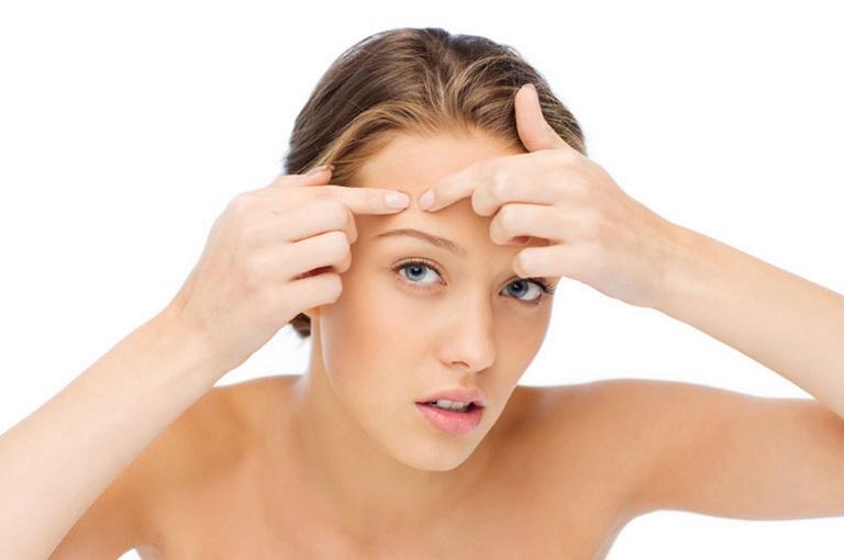 Tự ý nặn mụn hoặc sờ tay lên mặt chính là nguyên nhân khiến các nốt mụn trở nên nghiêm trọng hơn